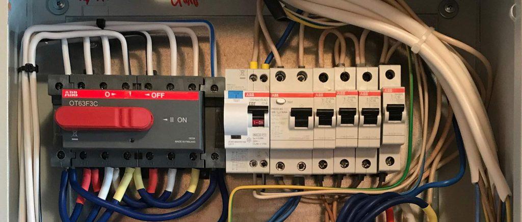 необходимость обслуживания электроустановок